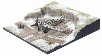 """Messerschmitt Bf 109G-2 6./Jg 5 """"EisMEer"""", Petsamo Finland, 1943 w/Airfield Hardstand Display Base"""
