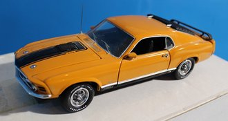 1:24 1970 Ford Mustang Mach 1 Straight Arrow (Gold)