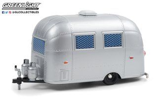 1:24 Hitch & Tow Trailers Series - Airstream 16' Bambi Sport w/Curtains Drawn (Silver)
