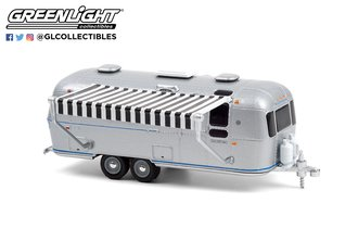 1:64 1972 Airstream Double-Axle Land Yacht Safari w/Black & White Awning