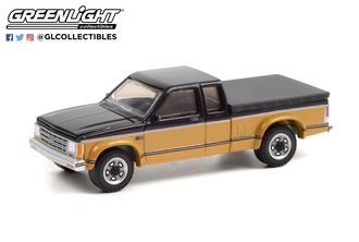 1:64 Blue Collar Collection Series 9 - 1990 Chevrolet S10 Tahoe Pickup w/Tonneau Cover (Gold/Black)