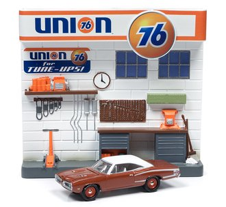 1:64 Union 76 Interior Service Station Façade w/1970 Dodge Super Bee