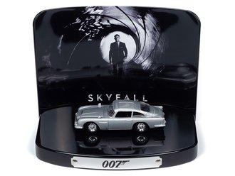 1:64 Skyfall Aston Martin DB5 Diorama w/Tin (Silver Birch)