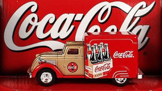 Coca-Cola 1937 Dodge Airflow (Red/Gold)